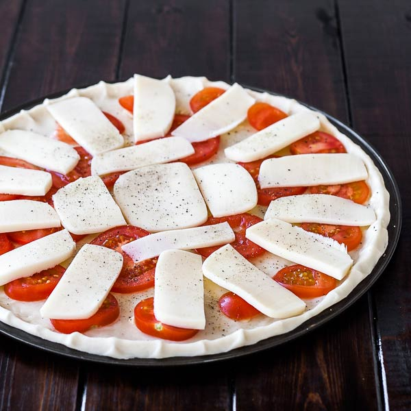 Simple pizza Margherita recipe with lots of tomatoes and delicious mozzarella